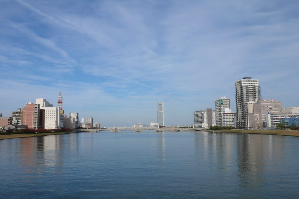 新潟市の街並みの写真