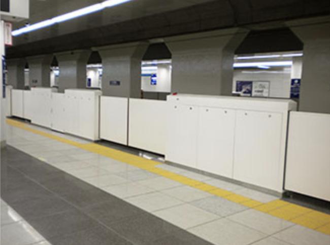 羽田空港国際線ターミナルのホームドアの画像