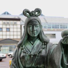 糸魚川駅の奴奈川姫の像の写真