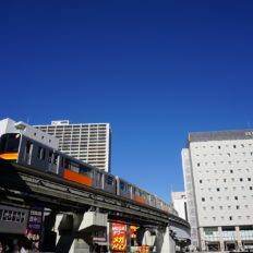 立川市中心部を走る多摩都市モノレールの写真