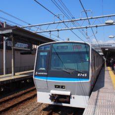 相鉄線瀬谷駅に停車する電車の写真