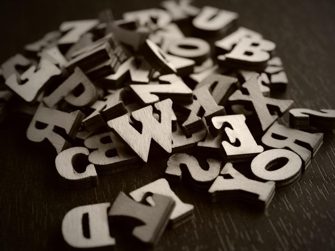 アルファベット(英語)の特殊文字&記号一覧(コピー機能あり)筆記体や斜めの可愛い特殊文字のサムネイル画像